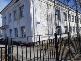 Два корпуса школы в Медвежьегорске. Фото: Анатолий Зверев