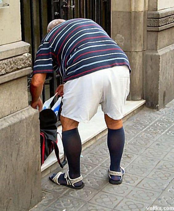 мужчина в носках и шортах