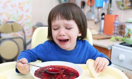 ребенок ест суп и плачет