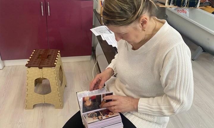 Женщина смотрит фотоальбом