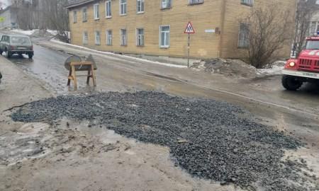 засыпали яму на дороге в Петрозаводске