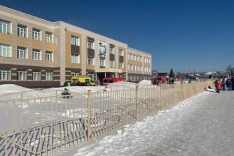 Трехэтажное здание, вокруг которого снег