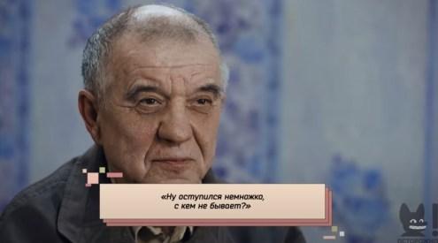Виктор Мохов на фоне голубых обоев