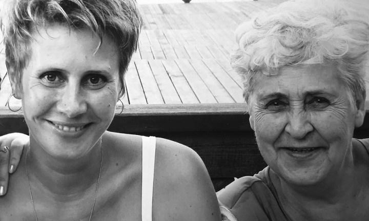 мать и дочь улыбаются. слева женщина средних лет, справа - ее мама, пожилая женщина
