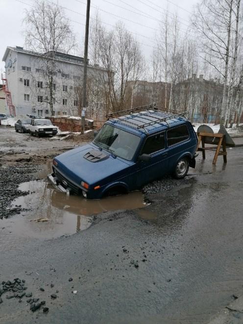 Машина провалилась в яму в Петрозаводске