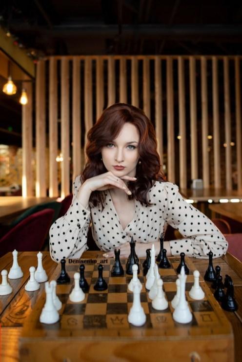 девушка играет в шахматы, ход королевы, турнир, петрозаводск, ресторан винегрет