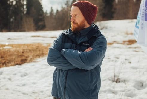 парень с бородой в лесу