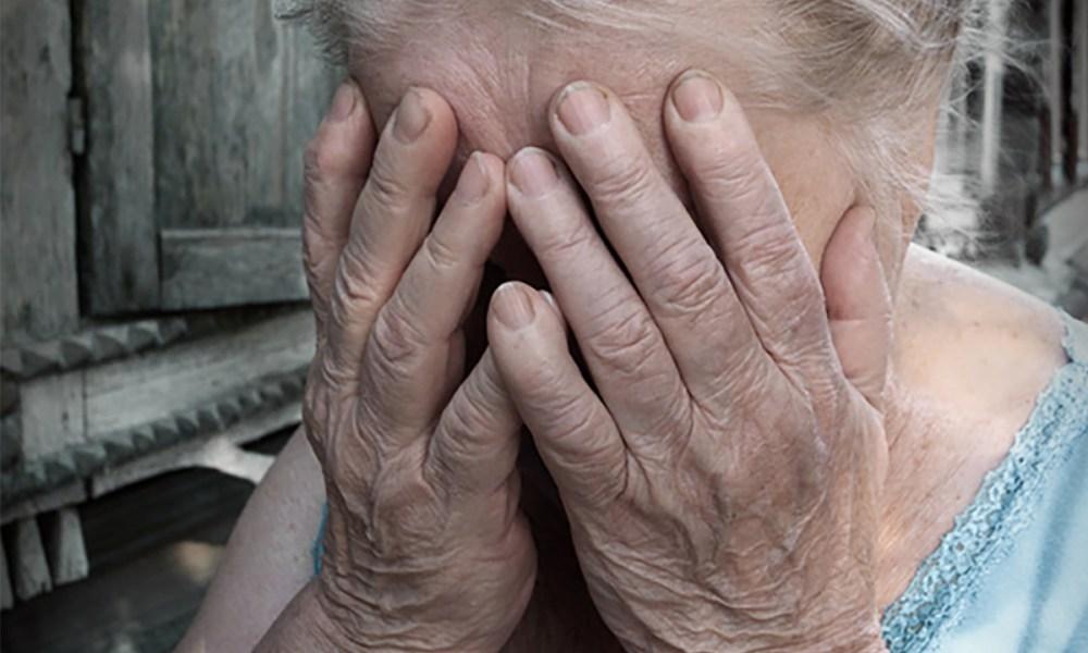 ПОжилая женщина закрыла лицо руками