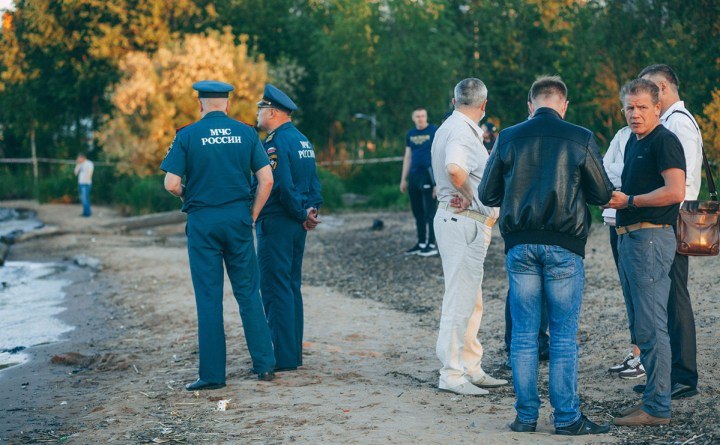 Сотрудники МЧС работают на месте трагедии