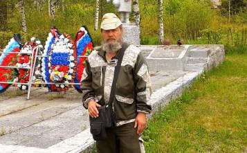 мужчина пешком путешествует по России