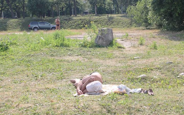 Человек спит на траве
