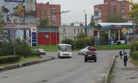Маршрутный автобус едет по городу