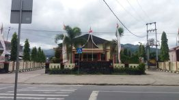Gedung pertemuan Kubuang Tigo Baleh, yang menurut narasi Datuak Tan Ali (ketua Kerapatan Adat Nagari) merupakan tanah dimana sebelumnya terdapat makam Datuak Parpatiah Nan Sabatang, sebelum makam tersebut dipindahkan ke Munggu Tanah.