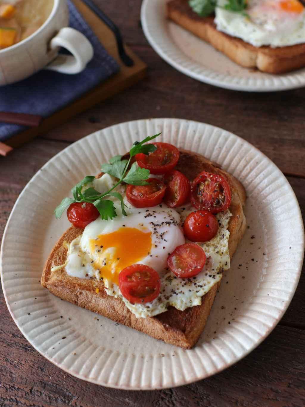 【レシピ】焼きミニトマトと目玉焼きのせトースト