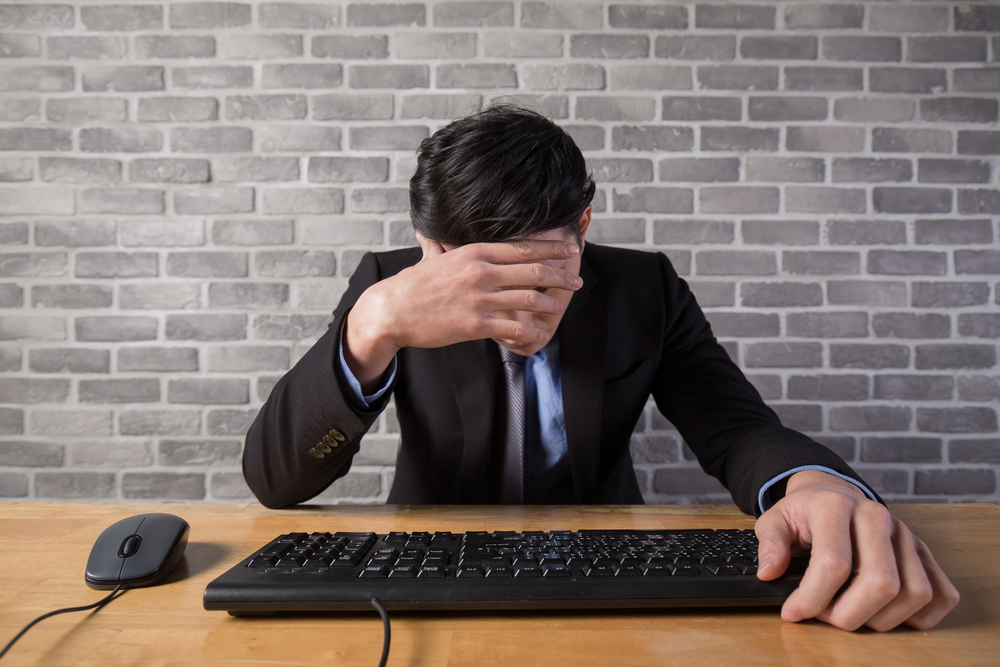 転職のストレスで悩んでいる男性