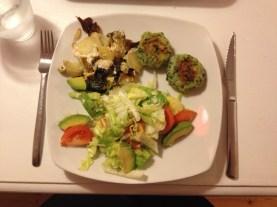 Spinatdeller med sojaflødekartofler og salat