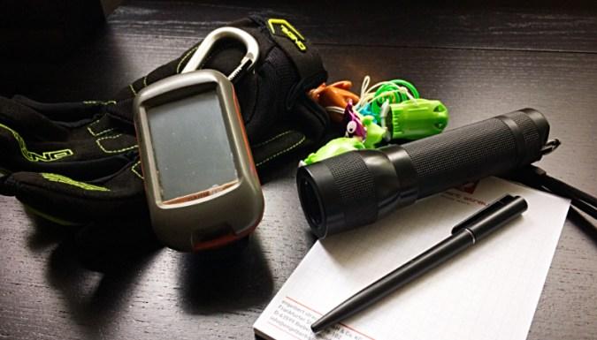 GPS-Gerät, Handschuhe, Taschenlampe, Kugelschreiber, Spielzeug, Block