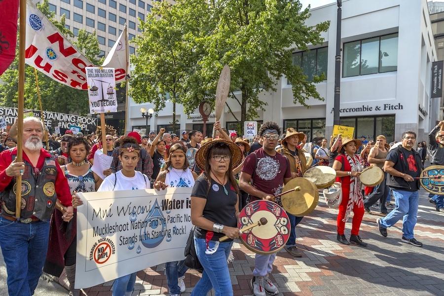 Debout avec Standing Rock ! Marche et rassemblement pacifiques à Seattle.