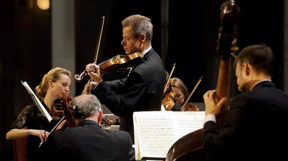 Unter der Leitung des Violinisten Torsten Janicke beeindruckte das Gürzenich Kammerorchester Köln beim Konzert in der Stadthalle. FOTO: Fischer
