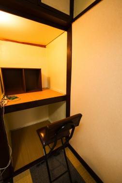 押入は机代わりにも使えます。ライト、本棚、コンセントもあり。 벽장은 책상 대신 사용할 수 있습니다. 조명, 책장, 콘센트도 있습니다. 壁橱也可以當作桌子。房間內也有檯燈,架子,插頭。 You can use the closet as a desk as well. There is a lamp, bookshelf, and multiple wall outlets Vous pouvez utiliser le placard comme bureau, il y a une lampe, des rangements type bibliothèque et plusieurs prises éléctriques murales 壁櫥也能替代桌子使用,燈具,書架,插頭完備