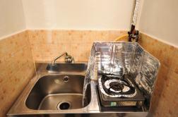 各部屋で水道とガスが利用可能。一口ガスコンロもあります。 각 방에서 수도와 가스가 이용 가능합니다. 한대의 가스레인지도 있습니다. 每個房間有自來水和爐子。一口煤氣爐也有。 Each room has both water and gas. There is also a gas cooker.