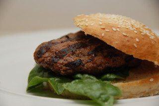 Burgerbøffer med sød chilisovs og tomatketchup skal blot grilles et par minutter på hver side. Foto: Guffeliguf.dk.