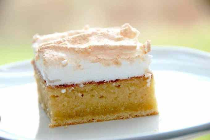 Bedstefars skæg er en elsket kage, der toppes med marmelade og marengs. Foto: Guffeliguf.dk.
