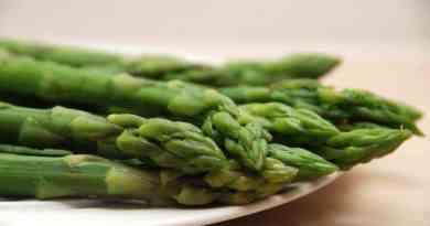 Grønne asparges er noget af det allermest lækre man kan lægge på sin tallerken, og her kan du se den perfekte kogetid på de skønne asparges. Foto: Guffeliguf.dk.