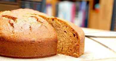 Lækker og nem sirupskage, der bages i springform. Sirupskagen er krydret med kanel og nelliker, og smager helt vidunderligt. Foto: Guffeliguf.dk.