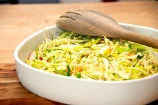 Skøn og sund salat med bønnespirer. Der er også æble, cashewnødder og spidskål i salaten, som vendes med lidt olivenolie og citronsaft. Frisk og sprød salat. Foto: Guffeliguf.dk.