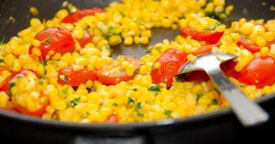 Lækre og sauterede majs, der laves af friske majskolber. Sauter majs i lidt olie sammen med friske tomater og hakket persille. Krydr med salt og friskkværnet peber, og tilbehøret er klar på få minutter. Foto: Guffeliguf.dk.