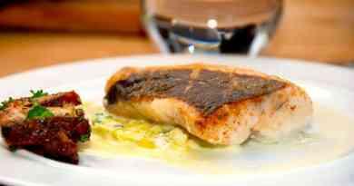 Skindstegt kulmule er en vidunderlig fisk, der er nem at stege på panden. Steg fisken i lidt smør og olie, men kun på skindsiden. Anrettes med porrer i fløde. Foto: Guffeliguf.dk.