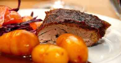 Mør og saftig and med svesker, der naturligvis skal nydes sammen med brunede kartofler.Anden steges i tre timer og 30 minutter ved 160 grader. Foto: Guffeliguf.dk.