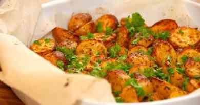 Lækre kartofler i ovn, der vendes i olivenolie, og bages i ovnen med paprika oregano. Drysses med persille ved servering. Foto: Guffeliguf.dk.