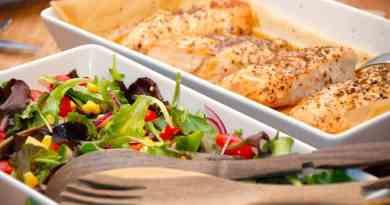 Lækker og sund kyllingebryst med grøn salat. Kyllingen steges i ovnen, og det hele serveres med et stykke friskbagt flutes. Foto: Guffeliguf.dk.