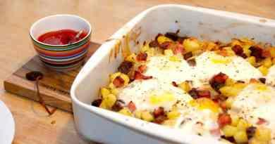 Ved at lave biksemad i ovn undgår du meget fedt. Biksemad på pande steges jo i enten smør eller olie, men i ovnen er det ikke nødvendigt at tilsætte fedtstof. Til sidst lægges æggene ovenpå biksemaden, og steges færdige i ovnen. Foto: Guffeliguf.dk.