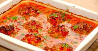Ser det ikke fristende ud? Hakkebøffer med baconflødesovs, der steges færdige i et fad i ovnen. Hakkebøfferne og den gode sovs kan nydes sammen med hjemmelavet kartoffelmos og en dejlig salat. Foto: Guffeliguf.dk.