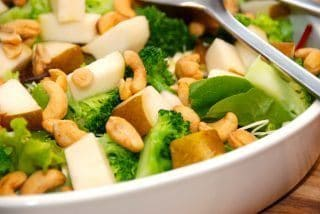 Sund og lækker pæresalat med pære, spidskål og cashewnødder. Foto: Guffeliguf.dk.