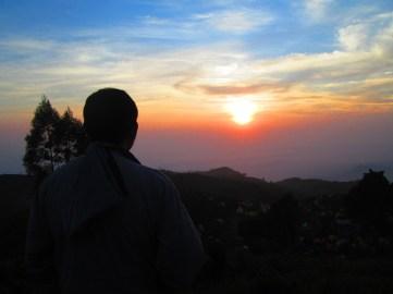 Sunrise yang tertutup awan di Gunung Prau