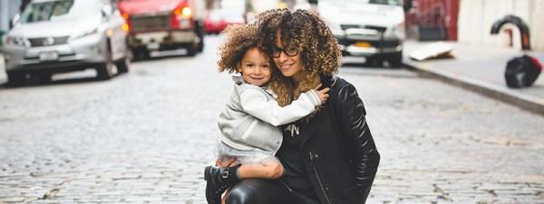 mãe e filha Índigo sorrindo em rua