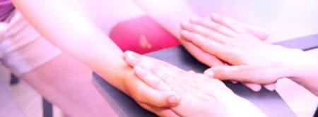 terapeuta e cliente de mãos juntas em sessão de Thetahealing