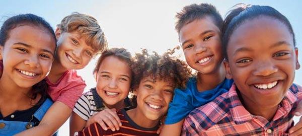 grupo de crianças da nova era sorrindo em dia ensolarado
