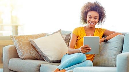 mulher em atendimento terapêutico online via tablet