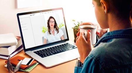 terapeuta e cliente em sessão de terapia online por videoconferência no laptop