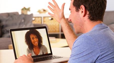 homem e terapeuta em atendimento terapêutico online por video conferência