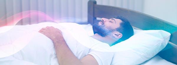 homem deitado em cama recebendo reiki à distância