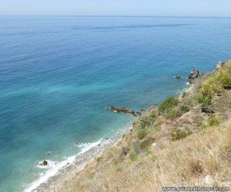 Playa y formaciones en el Paraje Natural Acantilados de Maro-Cerro Gordo.
