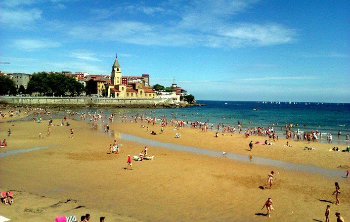 Playa de San Lorenzo… con un paseo marítimo de casi tres ...