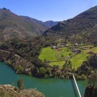 Riodeporcos... un puente colgante sobre el río es lo que une este pueblo con el resto del mundo