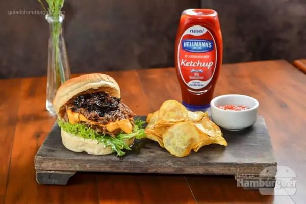Costela Burger: Hambúrguer de costela, com cebola caramelizada, cheddar, bancon e molho de pimenta negra, servido no pão de hambúrguer e acompanhado de chips de batata doce. - R$ 38 - SP Burger Fest